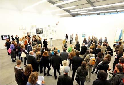 Blick in den großen Ausstellungsraum während der Ansprachen. Foto: Michael Kirsten, Berlin.