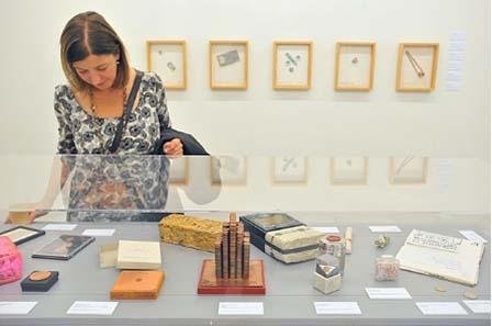 Tischvitrine im Kabinett-Raum, hinten an der Wand: Werkgruppe von Barton Lidicé Benes. Foto: Michael Kirsten, Berlin.