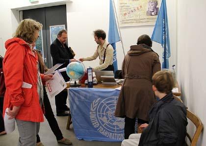 Ausstellungseröffnung mit Bürgermeldeamt der Künstlergruppe United Transnational Republics. Foto: Angela Graff, Hönow bei Berlin.