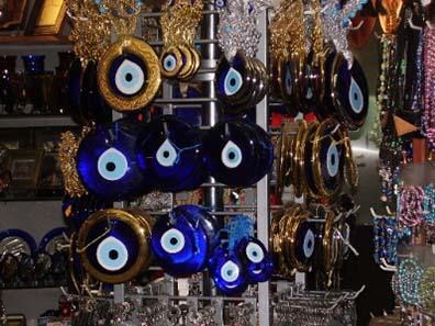 Nazar: Blaues Auge, Blaue Perle, Nazar-Amulett oder Nazar-Perle heißt das heute im Orient weitverbreitete Amulett, das gegen den bösen Blick schützen soll.