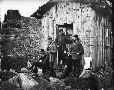 Teilnehmer der Ausgrabungen in Pergamon: Carl Humann, Alexander Conze u. a., 1879. © Staatliche Museen zu Berlin, Antikensammlung, Archiv.