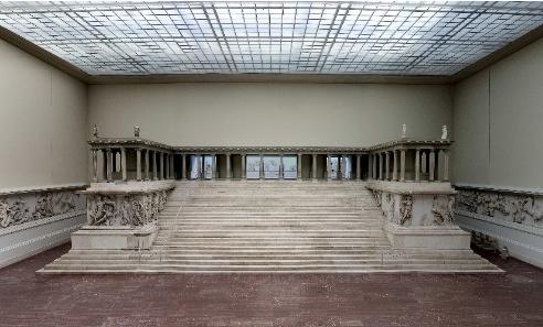 Der Pergamonaltar, Gesamtansicht der Rekonstruktion im Pergamonmuseum, 180-160 v. Chr. © Staatliche Museen zu Berlin, Foto: Johannes Laurentius.