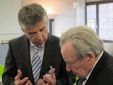 Dr. Peter Huber l. erklärt die Vorzüge der neuen Medaille Prof. Dr. h. c. Artur Fischer, dem ersten Erfinder und Tüftler, dem eine Medaille der Serie gewidmet wurde. Foto: UK.