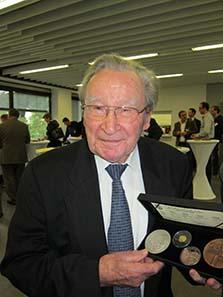 Prof. Dr. h. c. Artur Fischer mit seiner eigenen Medaille. Foto: UK.