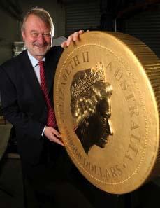 Ed Harbuz, Perth Mint Chief Executive Officer, stellt die größte, schwerste und wertvollste Goldanlagemünze der Welt vor.