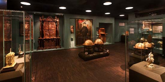 Cabinet of curiosities from outside. Photo: HMB Philipp Emmel.