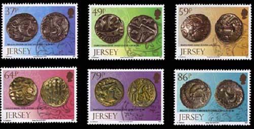Neue Briefmarken mit Münzen aus dem Hort von Le Catillon, Jersey, 1957. Die meisten wurden in der Zeit des Gallischen Kriegs geprägt, um 60-50 v. Chr., vermutlich von einem Stammesfürsten in Jersey (37 Exemplare), von den Durotriges in Dorset (49 Exemplare), von den Baiocasses in Calvados (59 Exemplare), von den Belgae in Hampshire (64 Exemplare), von den Regini in Sussex (79 Exemplare) und von den Coriosolites in Côtes-d'Armor (86 Exemplare). Quelle: Jersey Post.