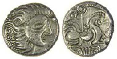 Sog. Jersey Moon Head Silberstater, DT 2276, um 60-56 v. Chr. Mondkopf mit einem Tattoo von drei Ringen auf der Wange. Sonnenszepter über dem Pferd, Form einer Leier darunter. La Hougue Bie Museum, Jersey. Quelle: Olga Finch, Jersey Heritage.