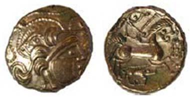 Goldstater mit Eber der Baiocasses, DT 2254, um 60-50 v. Chr. Eber über Kopf, Bänder außen herum. Pferd mit Menschenkopf, darunter Eber, davor eine Flagge. La Hougue Bie Museum, Jersey. Quelle: Olga Finch, Jersey Heritage.