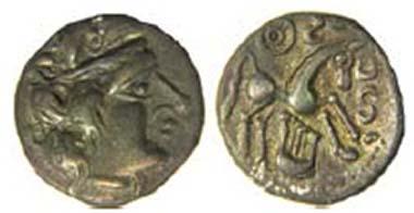 Silbermünze mit Sussex-Leier, ABC 647, um 55-40 v. Chr. Der Kopf ist kopiert von Münzen der Aedui aus Zentralgallien. Über dem Pferd ein Sonnenrad, darunter Leier, S-Linien davor und darüber. La Hougue Bie Museum, Jersey. Quelle: Olga Finch, Jersey Heritage.