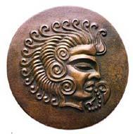 Coriosolitischer Sonnengott mit gewellten Haarlocken und heiliger