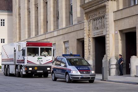 Werttransport vor dem Hauptgebäude der OeNB. Foto: OeNB.