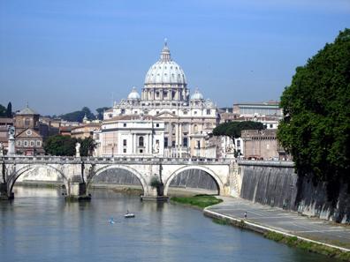 Blick von der Brücke Ponte Umberto I zum Petersdom. Foto: Angela Graff.