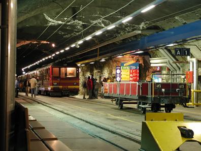 Bahnstation Jungfraujoch im Felsinneren, 2005. Foto: Adrian Sulc / Wikipedia.