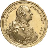 Der Kriegsheld - Medaille von Ludwig Heinrich Barbiez auf den Sieg Friedrichs in der Schlacht bei Hohenfriedberg 1745. Gold, 47 mm, 71 g. IKMK 18202066. Foto: Lübke & Wiedemann.