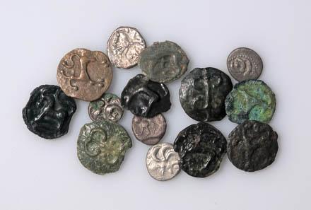 Verschiedene Münzen aus keltischer Zeit, die im Kanton Zug gefunden wurden. Foto: Museum für Urgeschichte(n), Res Eichenberger.