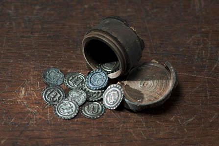 Die hölzerne Spardose enthielt 11 Münzen des 18. Jahrhunderts. Sie war unter den Bodenbrettern eines Hauses an der Zeughausgasse 19 in Zug versteckt. Kantonsarchäologie Zug (Direktion des Inneren). Foto: Museum für Urgeschichte(n), Res Eichenberger.