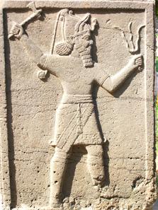 Vorläufer des Iuppiter Dolichenus: Der mesopotamische Wettergott Hadad mit Doppelaxt und Blitzbündel. Foto: UK.