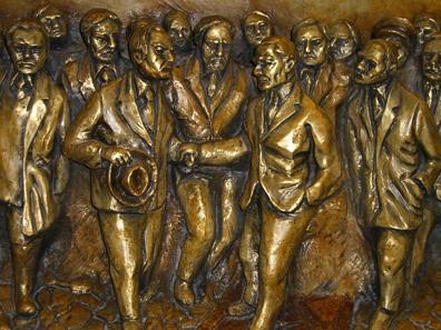 Atatürk inmitten seiner Helfer. Relief im Museum von Antep. Foto: UK.