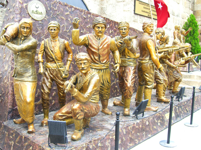 Heroismus am Museumseingang. Foto: UK.