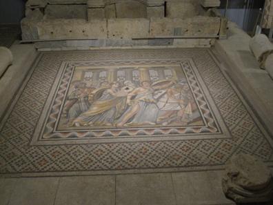 Der als Mädchen verkleidete Achill enttarnt sich, indem er nach den Waffen greift. Mosaik im archäologischen Museum von Antep. Foto: KW.