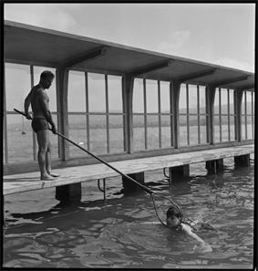 Schwimmunterricht für Schulklassen im Seebad Wollishofen, Zürich, 1943. © Schweizerisches Nationalmuseum.