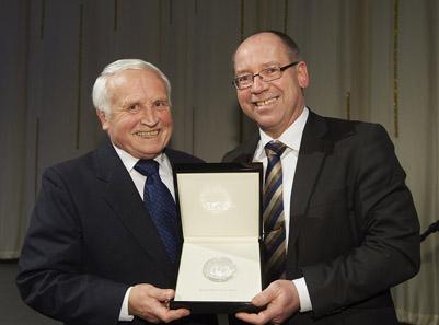 Anlässlich des Gala-Dinners der World Money Fair 2012 erhielt Günther Waadt den World Money Fair Award. Hier der Preisträger zusammen mit Albert M. Beck.