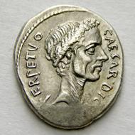 149: Julius Caesar. Denarius, 44. Starting price: 5,000 CHF. Hammer price: 16,000 CHF.