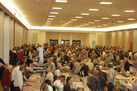 Rund 120 Händler aus dem In- und Ausland bieten hier ihre Waren an.