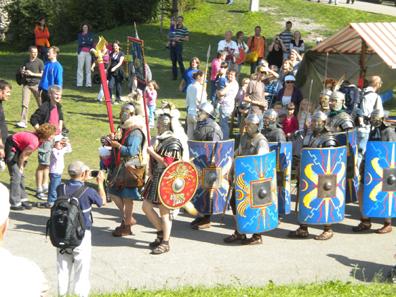 Am Eröffnungswochenende schlägt die 10-köpfige Legionärstruppe Legio XI ihre Zelte auf und lässt das Leben in der römischen Legion lebendig werden.