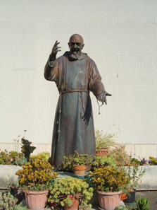 Statue of Padre Pio in front of St Stanislav, Rome. Photo: Croberto 68 / Wikipedia.