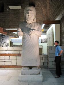Monumentalstatue aus Karkemisch. Foto: KW.