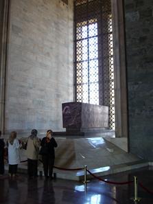 Andächtige vor dem Grabmal Atatürks. Foto: KW.