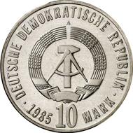 8942: DDR. 10 Mark 1985 A. 40. Jahrestag der Befreiung vom Faschismus. Materialprobe in Silber-Kupfer. J. 1603P. Nur 10 Exempl. gepr., Stgl. Taxe: 1.000 Euro, Zuschlag: 17.000 Euro.