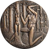 111: Kauko Räsänen, Medaille auf den 50. Jahrestag der Gösta-Serlachius-Kunststiftung, 1983. Rückseite: Bildhauer im Wald, aus den Baumstämmen weibliche Akte modellierend.
