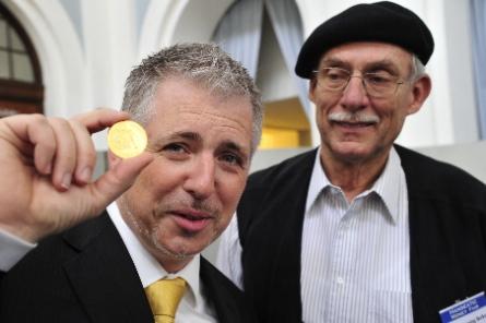 Börsenexperte Dirk Müller alias Mister Dax prägte eine 600 Euro teure Goldmünze an der Spindelpresse.