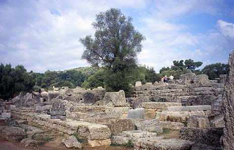 The ruins of the temple dedicated to Zeus by the Eleans. Foto: Imehling / Wikipedia.