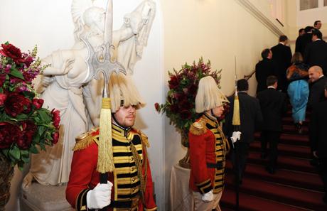 Ein Garderegiment stellt die Ehrenwache.
