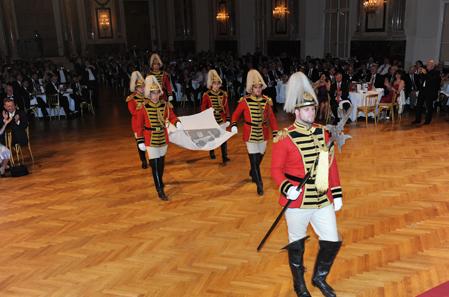 Die Fahne der MDC wird in den Saal getragen.