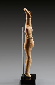 1 SAMMLUNG WALTZ. Weibliches Kykladenidol, frühkykladisch II, Typ Spedos. ca. 2700-2300 v. Chr. Weißer feinkristalliner Marmor. H. 30,5 cm. Taxe: 40.000 / Endergebnis: 149.500 Euro.