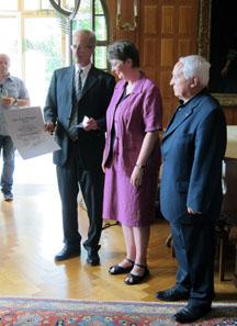 Ursula Kampmann erhält den Otto-Paul-Wenger-Preis. Zur ihrer Linken Marcel Häberling, rechts der Laudator Albert M. Beck.