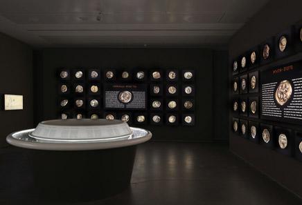 Die Vitrine im Mittelpunkt der Ausstellung. Foto: Israel Museum.