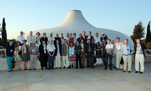 The participants of the congress in front of the Shrine of the Book. Photo: UK.