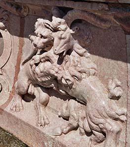 Steinbock und Löwe in enger Umarmung. Ein Detail aus dem Schloßgarten von Hellbrunn.