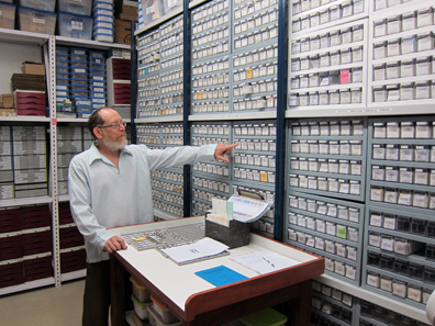 Donald T. Ariel in the safe with excavated coins. Photo: UK.
