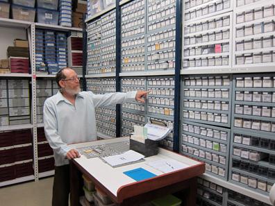 Donald T. Ariel im Safe mit den Fundmünzen. Foto: UK.