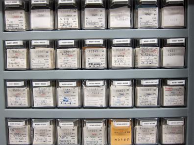 Die bestimmten Münzen sind fein säuberlich nach Inventarnummern abgelegt. Foto: UK.