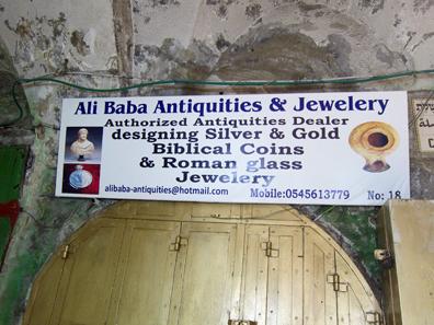 Läden mit antiken Objekten mitten im Basar von Jerusalem. Foto: UK.