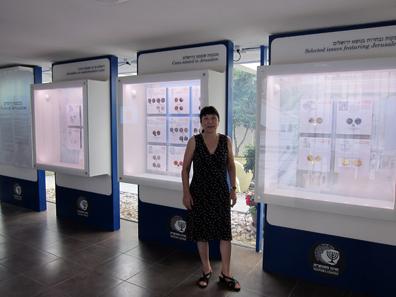 Rachel Barkay führt uns durch das Bank of Israel Museum. Foto: UK.