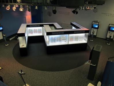 Der Hauptteil der Ausstellung ist in zwei großen Vitrinen untergebracht. Foto: UK.